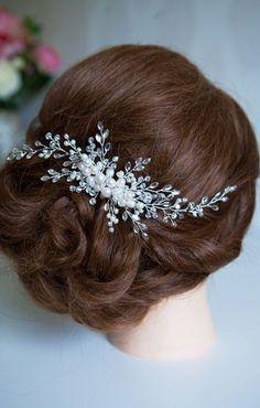 Es un peinado clásico que siempre se ha mantenido firme entre los más elegidos por su elegancia y porque suelen haber variantes entre el mismo,