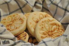 Le crescentine. Impasto di farina, acqua e lievito cotto nelle testiere (tigelle). Buonissime con affettati ma anche con il pesto di lardo oppure con marmellate e cioccolato.