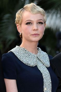 Celebrity Hairstyles: Carey Mulligan's Pixie If you want to cut your hair, you can get inspiration from Carey Mulligan's hairstyles. How to create a cute short hair look? You may ask Carey Mull. New Short Hairstyles, Retro Hairstyles, Pixie Hairstyles, Celebrity Hairstyles, Flapper Hairstyles, Hairstyle Short, Hairstyles 2018, Bob Haircuts, Carey Mulligan