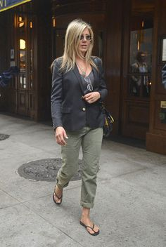 Jennifer Aniston Wearing Cargo Pants in NYC Jennifer Aniston Style, Jenifer Aniston, Look Fashion, Fashion Outfits, Womens Fashion, Casual Chic, Mode Ab 50, Olive Pants, Green Cargo Pants