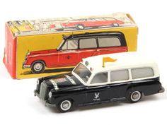 RARE  TEKNO (DANEMARK) 730 MERCEDES 220 S Ambulance 'FALCK ZONEN' 1957 noir & blanc A-.c pare-chocs & calandre ternis - petites traces d'oxydation sur les enjoliveurs de roues - fanion non d'origine - avec décalques spécifiques - importants manques de papier sur la boîte par endroits 380€