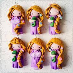 Raiponce la princesse Polymer Clay Figures, Cute Polymer Clay, Cute Clay, Polymer Clay Dolls, Polymer Clay Miniatures, Polymer Clay Projects, Figurine Disney, Crea Fimo, Biscuit