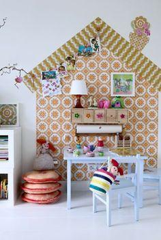 Zelfgemaakt huisje van verschillende soorten behang