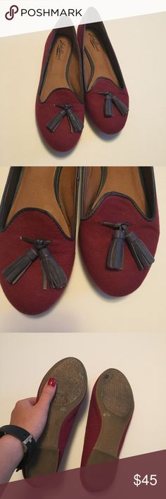• lucky brand flats • red/maroon lucky brand flats. two tassels on each toe, navy blue color. super cute! only worn a few times and in great condition. no flaws. size 6. same or next day shipping, smoke free home. Lucky Brand Shoes Flats & Loafers