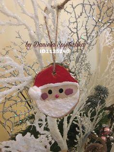 Auf einer gelochten Holzscheibe habe ich mit GoniDecor Farben rot, weiß, schwarz und  altrosa den Weihnachtsmann gemalt. Die Nase wurde mit einem Dekopointer rot gestaltet.Ein Wattekügelchen für die Mütze nicht vergessen.
