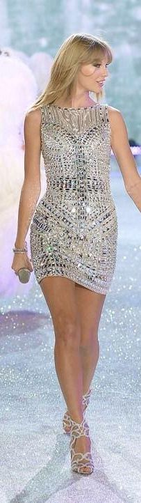 I love Taylor Swift, And I also love this dress and her performance at the 2013 VSFS.