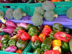 Jour de marché à Auray...Sous un beau soleil bleu ! Nous continuons notre promenade dans cette belle ville du Morhiban, cette fois-ci, je vous invite même à prendre le panier pour mettre les saveurs salées et sucrées. Ce marché a lieu tout autour de l'Hôtel...