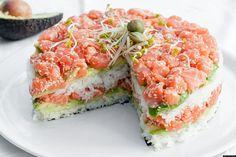 Ben jij ook al een tijdje verslaafd aan sushi en heb je binnenkort iets te vieren? Dan hebben we een geweldig recept voor je: een sushi-taart! Deze taart móet iedere sushi-liefhebber geproefd hebbe…