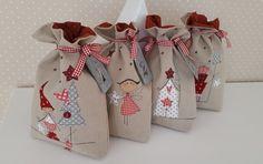 Für jeden Adventssonntag ein Weihnachtsbeutelchen mit liebevoll applizierten Weihnachtsmotiven und den Zahlen 1 bis 4 aus Zinkblech für kleine Überraschungen.  Jedes Weihnachtsbeutelchen ist...