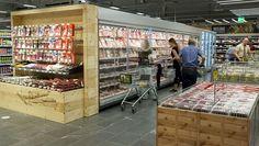 Holzelemente finden sich an weiteren Stellen im Markt wieder. Die Kühlschränke im SB-Bereich sind im neuen Konzept nur noch 2 m hoch und damit 20 cm niedriger als bisher. Das oberste Fach auf einer Höhe von 1,75 m ist leichter zugänglich. Da auch der Sockel niedriger ist, bleibt das Ladevolumen identisch.