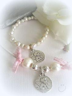 Gargantillas y pulseras con chapita de angelito de plata. se puede grabar el nombre de la niña por detrás.