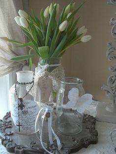 Barattoli di farmacia diventano vasi per i primi tulipani bianchi