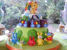 Baby TV Cake! dos pisos cubiertos en fondant con muchos detalles