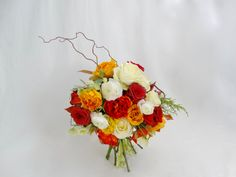 Bruidsboeket met Rosa, Tulipa, Helleborus, Ranunculus, Photonia, Chamaecyparis pisifera en Salix, door Natys Floral Design & Services