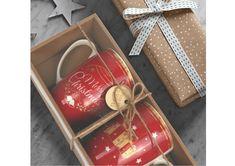 Szukasz świątecznego prezentu na Boże Narodzenie? Właśnie go znalazłeś ! Zestaw 2 kubków Red w kolorze ognistej czerwieni, ze świątecznymi wzorami, zapakowane w eleganckim pudełku są cudownym a zarazem praktycznym pomysłem pod choinkę. Obdarowanej osobie będą kojarzyć się z cudownymi chwilami spędzonymi w gronie najbliższej rodziny czy przyjaciół. #prezentpodchoinkę #bożenarodzenie #prezentnaświęta Gift Wrapping, Red, Gifts, Porcelain Ceramics, Gift Wrapping Paper, Presents, Wrapping Gifts, Favors, Gift Packaging