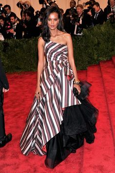 Liya Kebede wore an Alberta Ferretti asymmetric gown with a black layered tulle underskirt.