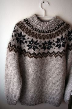 Ravelry: Álafoss pattern by Adapted by Hulda Hákonardóttir Fair Isle Knitting Patterns, Knitting Designs, Knit Patterns, Knitting Projects, Crochet Patron, Knit Crochet, Icelandic Sweaters, Hand Knitted Sweaters, Free Knitting
