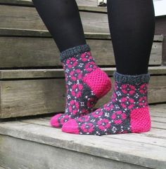 Mansikankukka Knitting Wool, Knitting Socks, Knitting Stitches, Hand Knitting, Knit Shoes, Sock Shoes, Crochet Socks, Knit Crochet, Cute Socks