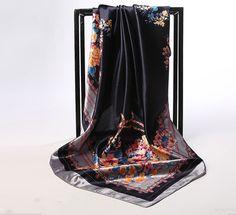 Elegantná hodvábna šatka so vzorom kvetín v čiernej farbe