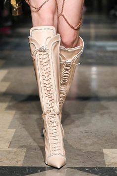 FASHION BOOTS Spring Summer Fashion, Autumn Fashion, Milano Fashion Week, Milan Fashion, Fashion 2020, Runway Fashion, Runway Shoes, Shoes Too Big, High End Fashion