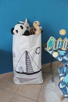 Sacco per i giochi in carta disegnato a mano con una grande barca a vela, il sole e la scimmietta marinaio di IlluminoHomeIdeas su Etsy