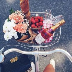 V Day picnic w flowers, strawberries, bread and of course a bottle of rose wine! Looks like the perfect picnic to us! Oui Oui, How To Pose, Belle Photo, Summer Vibes, Weekend Vibes, Summer Ootd, Summer Nights, Girly Things, The Best
