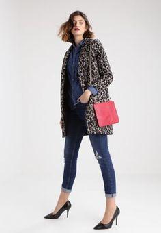 Jeans, veste léopard, Pochettes Missguided Pochette - red rouge: 23,95 € chez Zalando (au 4/12/2016)
