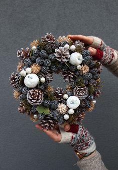 Pin by Angie Grayson on Wreath ideas Christmas Advent Wreath, Pine Cone Christmas Tree, Xmas Wreaths, Christmas Mood, Noel Christmas, Christmas Crafts, Christmas Decorations, Xmax, Pine Cone Crafts