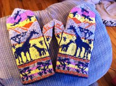BlueDragon's Giraffes at Sunset mittens Fingerless Mittens, Knit Mittens, Knitted Gloves, Knitting Socks, Tapestry Crochet, Crochet Yarn, Double Knitting Patterns, Mittens Pattern, Wrist Warmers