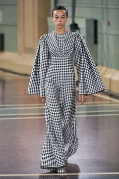 The complete Emilia Wickstead Spring 2020 Ready-to-Wear fashion show now on Vogue Runway. Fashion 2020, Runway Fashion, Spring Fashion, High Fashion, Fashion Show, Womens Fashion, Fashion Design, Fashion Trends, Daily Fashion