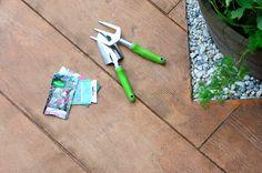 """🏡 #Béton_décoratif Nuantis® Empreinte """"#bois"""" :  Cette finition imprimée est obtenue par la pression d'un moule en caoutchouc après coulage et talochage, sur la surface fraîche du béton.  ••••••••••••••••••••••••••••••••••••  #aménagement_extérieur #beton #concrete #building #readymix #home #house #maison #jardin #garden #France #beautiful #CEMEX #architexture"""