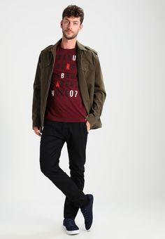 ¡Consigue este tipo de camiseta estampada de Tom Tailor Denim ahora! Haz clic para ver los detalles. Envíos gratis a toda España. TOM TAILOR DENIM WITH RUBBER PRINT Camiseta print deep burgundy red: TOM TAILOR DENIM WITH RUBBER PRINT Camiseta print deep burgundy red Ropa   | Material exterior: 100% algodón | Ropa ¡Haz tu pedido   y disfruta de gastos de enví-o gratuitos! (camiseta estampada, printed, print, estampada, estampado, t-shirt mit druckmotiv, playera estampada, t-shirt à moti...