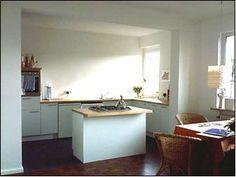 Nachher: Die neue Wohnküche, mit freistehender Kochinsel, entstanden durch Verbindung von alter 2.Küche und altem Wohnzimmer, Ansicht 3 - aufgenommen und gepinnt vom Immobilienmakler in Hannover: arthax-immobilien.de
