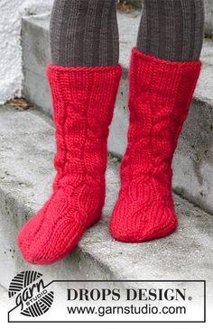Gestrickte Socken mit Zopfmuster für Weihnachten in DROPS Eskimo. Gr. 35 - 43.