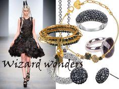 Ga voor donkere kleding en dito sieraden met goud, zwarte kristallen en veren.
