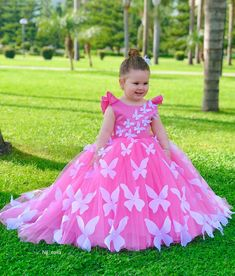 Beautiful gown design for girls Baby Girl Party Dresses, Dresses Kids Girl, Flower Girl Dresses, Prom Dresses, Outfits Niños, Kids Outfits, Kids Frocks Design, Baby Frocks Designs, Kids Party Wear
