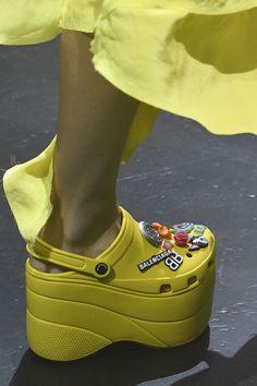 c0b762f28d1d Le Crocs con la zeppa di Balenciaga alla Paris Fashion Week decretano la  lunga vita delle