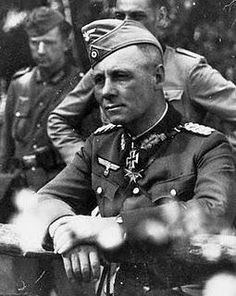 Wehrmacht (Heer) - A rare photo of General (later Field Marshal) Erwin Rommel wearing a forage cap. With men of the Panzer Division, France Rommel almost always wore his peaked cap or Schirmmütze. German Soldiers Ww2, German Army, World History, World War Ii, Ww2 History, History Online, Afrika Corps, Erwin Rommel, Academia Militar