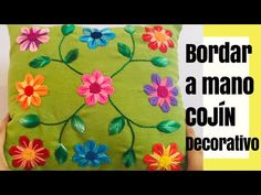Curso gratis aprende cómo bordar cojines a mano Floral Embroidery Patterns, Hand Embroidery Flowers, Crewel Embroidery Kits, Hand Embroidery Designs, Quilt Patterns, Threaded Back Stitch, Embroidered Cushions, Needlework, Diy And Crafts