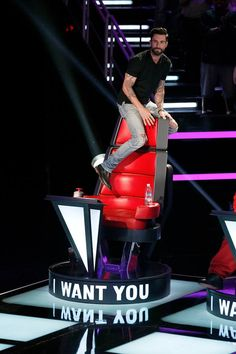 Did any one else see when that guy performed and got all 4 chairs around and Adam got up on his chair?? So funny!!