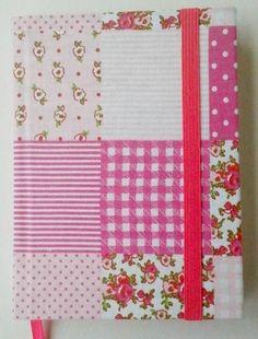 Agenda 2013 permanente encapada com tecido de tecido de patchwork, presa com elástico chato rosa. Papel cor creme. Perfeito para carregar na bolsa Contém: - calendário permanente,       - separação por dia, - marcador de páginas rosa R$ 17,00