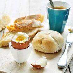 Ontbijt: verwarm airfryer voor op 160 graden. Leg dan eieren met afbakbroodjes in de pan en bak voor 8 minuten. Eieren daarna direct laten schrikken!