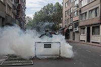 Lacrimogeni CS lanciati dalla polizia turca per disperdere i manifestanti in via Abide-i Hurriyet e ridurre l'assembramento in gruppi più piccoli - Mauro Prandelli