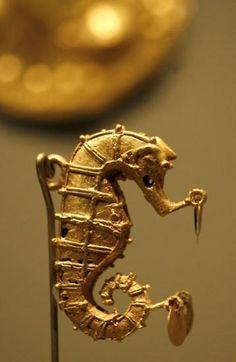 Pendente em formato de cavalo do mar, anos 700 a 1450 Ouro, cultura pré-colombiana Gran-Cocle, Panamá Museu Gilcrease, Tulsa