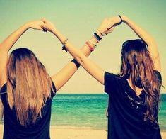 Foto de amigas tumblr con el infinito en los brazos