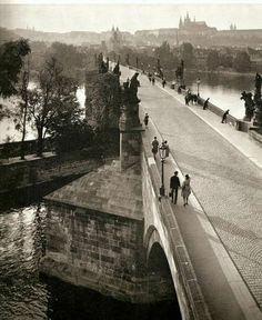 Landisch Charles Bridge, Prague, No tourists! Black And White Artwork, Black White Photos, Old Pictures, Old Photos, Grafik Art, Charles Bridge, Prague Czech Republic, Heart Of Europe, Old Photography