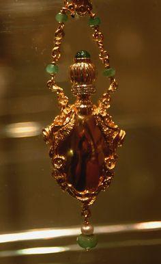 """Esposizione Arte orafa  """" Il Mistero degli Etruschi"""" . Il  mistero dei gioielli nell'interpretazione degli orafi contemporanei) #Sovana #maremma from 11aug to 27oct2013"""
