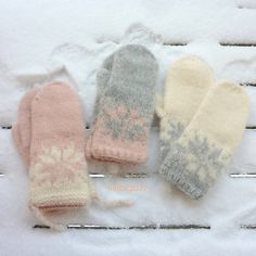 Ravelry: Februarvotter / Februar / February pattern by MaBe Knitted Mittens Pattern, Sweater Mittens, Baby Mittens, Knitted Gloves, Knitting Patterns, Baby Hats Knitting, Fair Isle Knitting, Diy Knitting Projects, Norwegian Knitting