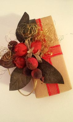 gift wrap - easy - craft paper, red ribbon leftover, artificial berries, `angels hair´  -  http://la-couronne.de/