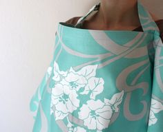 A stylish and practical nursing cover. This DIY nursing cover makes the perfect gift for a new mom, and can be whipped up in no time! Baby Sewing Projects, Sewing Hacks, Sewing Tutorials, Sewing Crafts, Sewing Patterns, Tutorial Sewing, Baby Patterns, Sewing Tips, Craft Projects